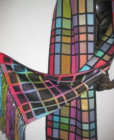 Could do this with knitting a black solid and several variegated yarns Loom Weaving, Hand Weaving, Woven Scarves, Textiles, Weaving Projects, Tear, Weaving Patterns, Weaving Techniques, Couture