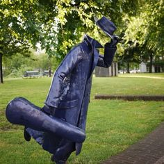 Another in the series of the Unknown Sculptor, the Blue Violinist is perpetually trying to catch Tram 10. On the corner of Tweede Hugo de Grootstraat and Marnixstraat…