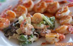 Салат с креветками и ананасом. Время приготовления -20 минут. 3-4 порции Продукты для приготовления: креветки -300 гр.  листья салата - около 100-150 гр.,  консервированный порезанный ананас -1 банка,  оливковое масло-2 ст. ложки, майонез-3-4 ст. ложки,  соль, перец - по вкусу,  чеснок-1 зубчик,  отварной рис - 0,5 стакана(по желанию).