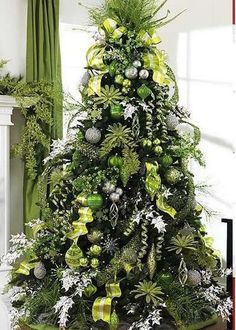 Green and Silver Christmas tree . gonna have to go buy all new tree decor! Different Christmas Trees, Silver Christmas Tree, Beautiful Christmas Trees, Christmas Tree Themes, Green Christmas, Christmas Tree Decorations, Elegant Christmas, Victorian Christmas, Silver Decorations