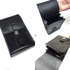 三層內隔腰包手作班 同學作品分享 ----- 只有自己才明白自己的喜好及實際需要 一位從來沒有接觸皮革手作的紀律部隊男仕親自設計及親手製造黑色植鞣樹膏革腰包內層放平版電腦丶中間放銀包丶而外層側放工作證丶原子印及文具配合日常工作使用 由款式設計丶紙樣製作丶磨邊丶修邊間邊線揼孔丶手縫穿線丶磨邊拋光及皮革保養處理每個程序都非常細心有耐性絕對是完美主義者 經過三天的努力自家製作重量級皮革腰包完成了 ---  輝Sir 希望你當值時腰間掛著 親手製造腰包馳騁馬路令香港路路暢通 ----- 各款配合個人生活及工作需要的皮革手作班歡迎查詢及預約時間上室 --- www.facebook.com/jkcollection1314 Instagram: jk_collection1314 Whatsapp: 91394021 / 94500417 Workshop:長沙灣永康街41號匯華工廠大廈1樓C22室 --- #jkcollection #valentineday #leather #leathercrafts #igshop #handmade  #hkleather #情人節…