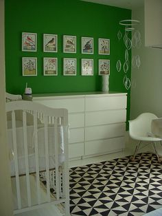 This super modern room features a kelly green accent wall, bold printed rug and Mid-century modern illustrations framed on the wall. Green Accent Walls, Green Accents, Green Walls, Green Kids Rooms, Kid Rooms, Eames Rocker, Ikea Rug, Nursery Inspiration, Nursery Ideas