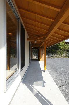 寛ぎの家 House Roof Design, Japanese House, Pergola, Garage Doors, Woodworking, Outdoor Structures, Cabin, Architecture, Interior