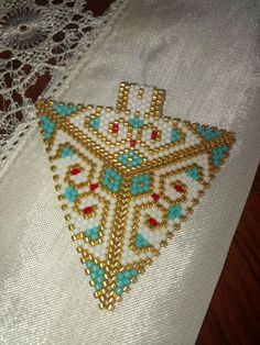 Peyote triangle pendant beaded Peyote Stitch Patterns, Loom Patterns, Beading Patterns, Triangle Design, Triangle Pattern, Seed Bead Earrings, Beading Tutorials, Jewelry Patterns, Beaded Jewelry