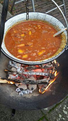 Hongaarse Goulash Hongaarse goulash Grote borgac = 2 braadpannen   1800 2000 gr runderlappen 2 liter bouillon  4 tenen knoflook 250 gr tomatenblokjes  3 uien 3 paprika's  (trio geel rood groen)  8 vastkokende aardappels 4 laurierbladeren  4 eetlepels paprikapoeder 2 theelepels karwijzaad