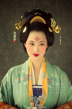 Traditional Chinese, Chinese Style, Traditional Outfits, Oriental Fashion, Asian Fashion, Chinese Fashion, The Empress Of China, Chinese Makeup, Dynasty Clothing