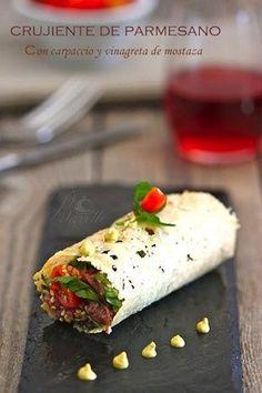 Crujiente de parmesano con carpaccio de ternera Gourmet Recipes, Beef Recipes, Vegan Recipes, Vegan Food, Tapas Menu, Party Finger Foods, Appetisers, Recipe For 4, Food Design