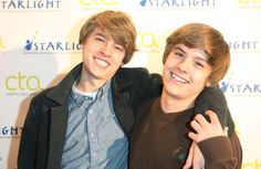'The Suite Life of Zack and Cody' stars Cole and Dylan Sprouse are identical twins. Dylan is just 15 minutes older than Cole. Dylan Sprouse, Sprouse Bros, Cole Sprouse Shirtless, Cole Sprouse Funny, Cute Celebrities, Hollywood Celebrities, Celebs, Ross Geller, Celebrity Twins