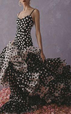 Get inspired and discover Carolina Herrera trunkshow! Shop the latest Carolina Herrera collection at Moda Operandi. Dots Fashion, Fashion 2020, Runway Fashion, Fashion Design, High Fashion, Fashion Weeks, Milan Fashion, Fashion Fashion, Style Couture
