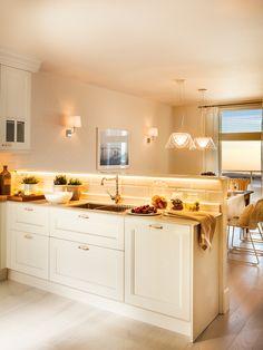 Cocina blanca contigua al office con luces encendidas_ 00411705