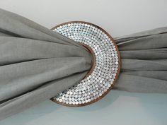 Old Cd Crafts, Diy Home Crafts, Diy Arts And Crafts, Curtain Holder, Curtain Tie Backs, Diy Para A Casa, Recycled Cds, Cd Diy, Diy Curtains