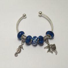 Bracelet charm's rigide, bleu, série vacances réf 754 de la boutique perlesacoco sur Etsy