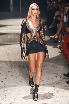 See the complete Julien Macdonald Fall 2015 Ready-to-Wear collection.