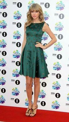 Taylor Swift linda de verde ❤❤❤