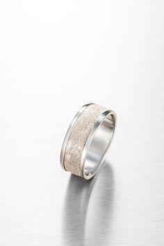 Karheaa vai sileää? Tässä sormuksessa yhdistyvät molemmat piirteet ja sen materiaalina on 585 valkokulta. Wedding Rings, Engagement Rings, Jewelry, Fashion, Enagement Rings, Moda, Jewlery, Jewerly, Fashion Styles