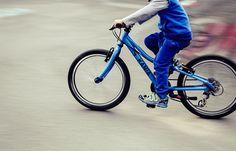 3 Deportes sobre ruedas para practicar en familia  El buen tiempo hace que sea más apetecible la práctica de actividades al aire libre en familia. Un divertido modo de iniciar a los niños en los deportes sobre ruedas es salir juntos a hacer skate, practicar con el monopatín o montar en bici. Tres alternativas saludables que, además, podemos convertir en un medio para descubrir nuevas rutas urbanas o disfrutar del medio ambiente.