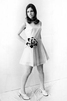 Ein Model präsentiert 1971 an einer Jugendweihe-Modeschau des VEB ein Dederonkleid mit Faltenteil. Dederon ist eine Wortschöpfung aus DDR und Nylon. (Bild: Imago)