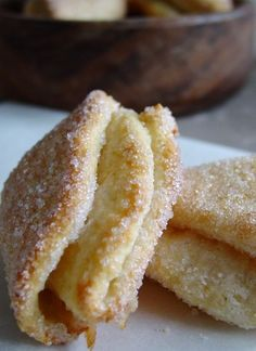 """Biscuits Russes """"Plumes de Coq"""" - ou Petuchki #recette #biscuit #facile Beignets, Biscuits Russes, Sweet Recipes, Cake Recipes, Pan Rapido, Yummy World, Puff Pastry Recipes, Fancy Desserts, Biscuit Cookies"""