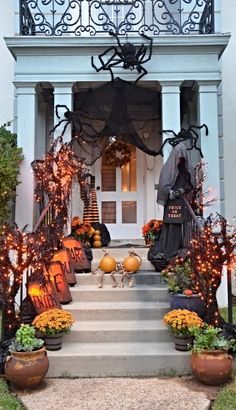 Gorgeous 30 Smart DIY Halloween Decorations ideas for Front Yard Halloween Porch Decorations, Spooky Decor, Halloween Home Decor, Outdoor Halloween, Halloween House, Holidays Halloween, Spooky Halloween, Halloween Ideas, Outdoor Decorations