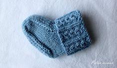 Pitsin viemää: Sukat vauvalle valepalmikolla, ilman kärkikavennuksia + ohje Knitting Socks, Knitted Hats, Knit Socks, Baby Knitting Patterns, Diy Crochet, Fun Projects, Leg Warmers, Mittens, Gloves
