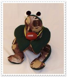 Cute!!!!! Perfect collectible for football fans! $5 start for this handcrafted cutie!!  Check out more at www.greenstreetfrogs.etsy.com to pick your favorite !