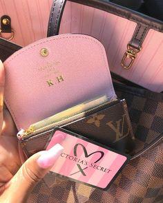 Luxury Purses, Luxury Bags, Luxury Handbags, Purses And Handbags, Winter Fashion Outfits, Fashion Bags, Mode Logos, Sacs Design, Accessoires Iphone
