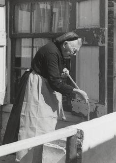 Weduwe Gillesen uit Kortgene in Noord-Bevelandse dracht. 1956 Mevrouw Gillesen is gekleed in de daagse dracht, met het haarnet. Dit is de dracht zoals deze door de armere vrouwen nog gedragen wordt. Beter gesitueerden hebben een dergelijk haarnet alleen gedragen als kind, en daarna niet meer. #NoordBeveland #Zeeland