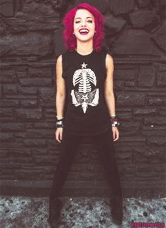 I'm Nia, Rena's sister. I'm 19 and I play drums in the band Hey Violet, I'm single but crushing on Calum Hood from I'm bored so does anyone want to hangout? Female Drummer, Play Drums, Hey Violet, I'm Single, Josh Dun, Calum Hood, Violets, Everyday Look, Pretty Hairstyles