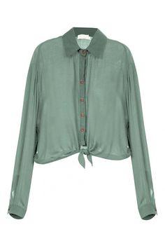 CAMISA CROPPED ARAK Camisa cropped, gola de ponta, manga longa, punho fechado em botão, abotoamento frontal e barra com recorte para amarração. Composição: 100% Viscose Detalhe: 55% Linho 44% Viscose 2% Elastano