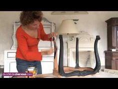 Des chaises cannées patinées en noir pour un style industriel