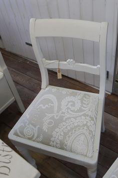 Gl. stol: Old White på en gammel blå almuemalet stole og ombetrukket i stof, som passede til bordet.