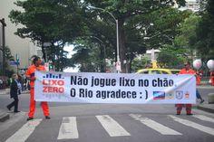 """Lançado na cidade do Rio de Janeiro, o Programa Lixo Zero começa a multar pessoas que jogam lixo na ruas. Aprovada desde 2001, a lei entrou em prática ontem, dia 20, e já detectou mais de 110 infratores. As multas são de R$ 157 por descartar bitucas de cigarro ou lixo equivalente a até uma lata...<br /><a class=""""more-link"""" href=""""https://catracalivre.com.br/rio/cidadania/indicacao/quem-joga-lixo-na-rua-passa-a-ser-multado-no-rio-de-janeiro/"""">Continue lendo »</a>"""