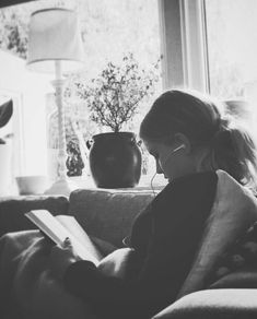 There is no friend as loyal as a book. Ernest Hemingway - There is no friend as loyal as a book. Book Photography, White Photography, Portrait Photography, Ernst Hemingway, Foto Portrait, Book Aesthetic, Woman Reading, Girl Reading Book, Coffee And Books