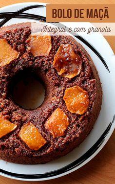Uma receita de bolo integral de maçã com granola. Um bolo saudável, rico em em fibras e delicioso. Para fazer esse bolo, você só precisa de maçãs, farinha integral, granola, canela e outros poucos ingredientes.