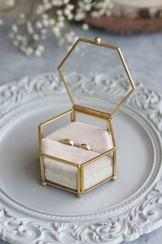 Szklana szkatułka w formie sześciokąta w kolorze złotym.     Szkło pogrubione- fazowane- efekt 3d.  Wymiary: 11.5cm x 10.5 cm x 6.5cm.     Wypełniona materiałową beżową poduszką zdobioną brzegiem jasną koronką.     Świetny detal na ślub w stylu eleganckim/ glamour.     SZKATUŁKĘ DO WYSYŁKI ZABEZPIECZAMY W STYROPIANOWĄ FORMĘ I TWARDE PUDEŁKO! Wedding Gift Boxes, Diy Wedding, Wedding Gifts, Ring Holder Wedding, Ring Pillow Wedding, Gift Box For Men, Gold Ring Designs, Wedding Stage Decorations, Jewellery Display