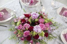 Vakker bordkrans i rødt og rosa.