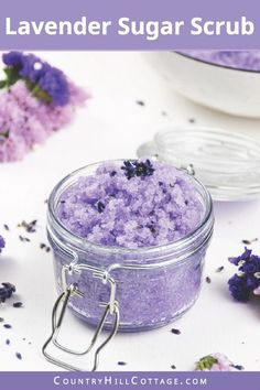 See how to make easy moisturizing DIY lavender sug Body Scrub Recipe, Sugar Scrub Recipe, Diy Lip Scrub, Bath Scrub, Printable Labels, Free Printable, Printable Recipe, Zucker Schrubben Diy, Lavender Sugar Scrub