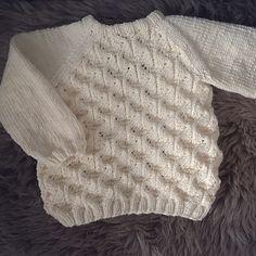 #faunajakke snart ferdig! Her er baksiden. Bare knappestolpen igjen #paelas #strikk #strikket #strikkajakke #knit #knitted #knitting #knittingmom #knittersofinstagram #knitforgirls #jentestrikk #diy #homemade