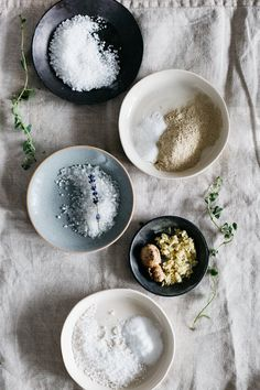5 Healing Detox Bath Recipes 5 detox bath recipes that do more than just relieve stress; they also soothe sore muscles, help stop colds and infections and open congested sinuses. Detox Bath Recipe, Bath Detox, Detox Bath For Colds, Bath Recipes, Detox Recipes, Detox Bad, Diet Detox, Diy Spa, Bath Soak