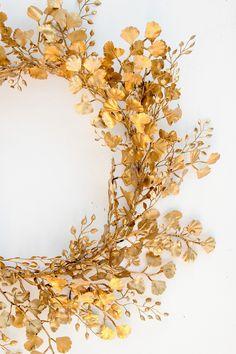 Wreaths And Garlands, Diy Garland, Diy Wreath, Spray Paint Flowers, Gold Spray Paint, Gold Diy, Gold Wreath, Gold Aesthetic, Color Dorado