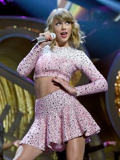 Taylor Swift struck a signature pose. The iHeartRadio Music Festival took over Las Vegas this weekend, with chart toppers Taylor Swift, Ariana Grande, and Nicki Minaj bringing massive spectacle to Taylor Swift Hot, Estilo Taylor Swift, All About Taylor Swift, Taylor Swift Style, Swift 3, Taylor Swift Vestidos, Manequin, Taylor Swift Pictures, Up Girl