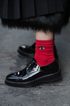 Street deers: Kenzo eyes + creepers Love these socks! Fashion Details, Look Fashion, Street Fashion, Womens Fashion, Paris Fashion, Kenzo, Mode Style, Style Me, Cooler Style
