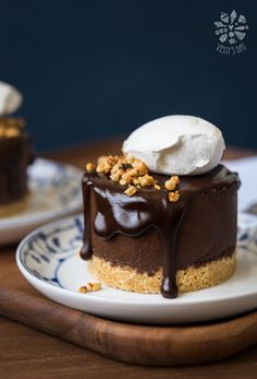 Double chocolate chestnut cakes with biscuit base, such as cheesecake with whipped cream. Easy and delicious!