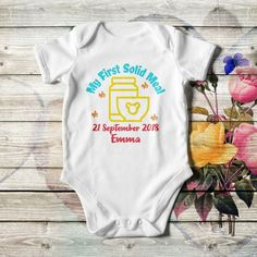 Personalized baby boy bodysuit, in black or white color with multicolor artwork, lap shoulders, short sleeves, and bottom snaps. Add the baby's name or whatever you like. Made of cotton in 4 sizes. Babies First Words, Baby Artwork, Teeth Pictures, Baby Food Jars, First Tooth, Personalized Baby Gifts, Baby Milestones, Unisex Baby, Baby Bodysuit
