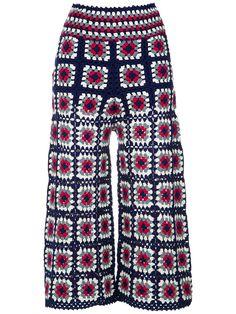 Calça Pantacourt Crochê The post Calça Pantacourt Crochê appeared first on Bikini Photos. Crochet Pants, Crochet Diy, Crochet Coat, Crochet Jacket, Crochet Cardigan, Crochet Granny, Crochet Clothes, Crochet Long Sleeve Tops, Crochet Shrug Pattern