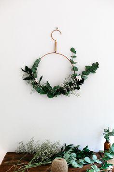 Et si ce Noël on faisait tout avec l'eucalyptus? De la décoration jusqu'aux paquets cadeaux, voici quelques idées pour garder le parf...