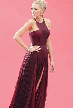 Vamos relembrar alguns vestidos lindos que a Blake Lively usou, que são ótimas inspirações para eventos e festas! Este é um Gucci, vinho, super delicado, com duas fendas laterais.  Funciona bem em casamentos ou festas de formatura.✨ #partydress #inspirations #wine