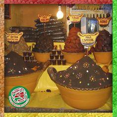 El mole es un sabroso símbolo de la gastronomía mexicana y agonos llevan mas de 20 ingredientes, ente ellos chiles y chocolate.