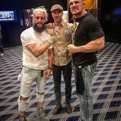 wwe The stars come out when @real1 breaks out the #MondayNightSneakerWatch! @champssports @mojorawleywwe 2017/08/25 00:53:43