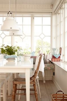 The cottage dining room designs are mostly inspired by the concept of beach house. It is adorned by vintage elements and lots of hospitality. Cottage Dining Rooms, Cottage Living, Living Room, Bright Kitchens, Home Kitchens, Style At Home, Vibeke Design, Dining Room Design, Dining Area